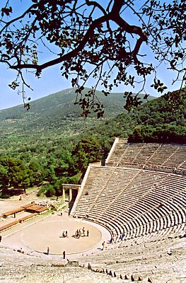 Amfi teatret i epidaurus placeret i flotte omgivelser i en dal